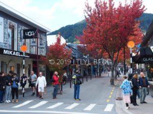 Queenstownの街並みと大勢の観光客
