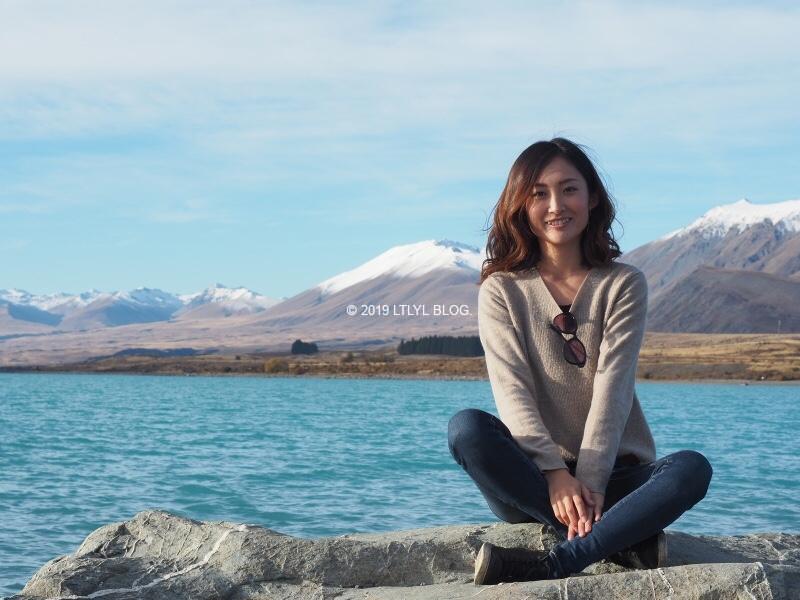 テカポ湖の岩の上に座ってあぐらをかく私