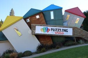 WanakaにあるPuzzling Worldの4色ビル