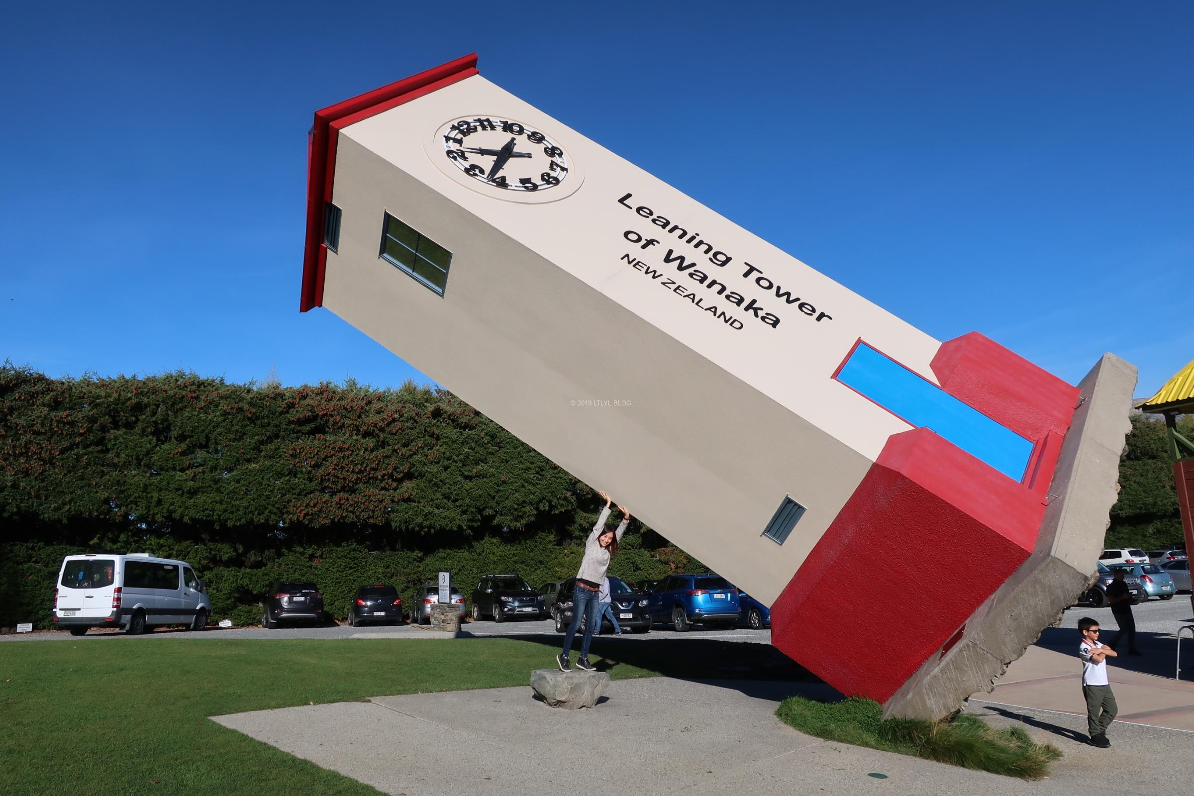 Puzzling Worldのエントランスにあるビルを持ち上げる私