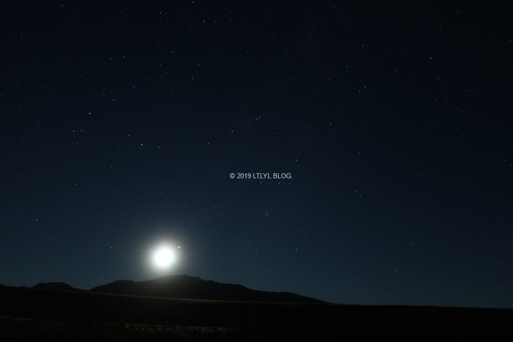明るい月と星空