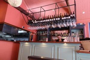 ワインボトルに対してグラスが全て違う種類になっているお店