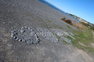 海辺に石で作られたLove yourselfの文字