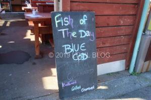 黒板に記載してある本日の魚はブルーコッド