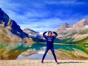 バーミリオン湖で山ポーズをする私