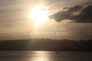 夕日と雲とヨットと湖
