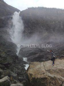 タカカウ滝の岩でポーズを撮る私