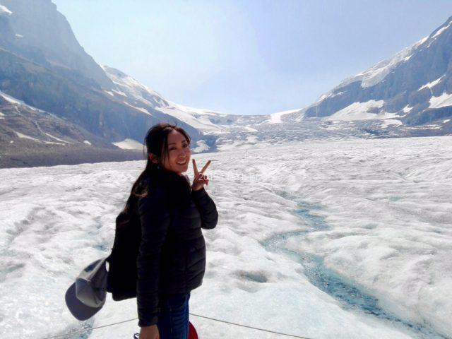 カナダのバンフにある氷山でポーズを撮る私