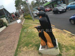 自撮りするペンギンの像