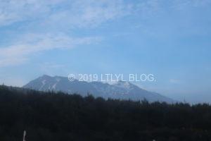 夏の時期に雪の残るアルペフ山