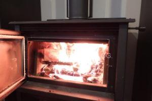 大きな薪を投入した後の炎