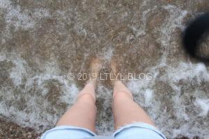 海に足をつける私