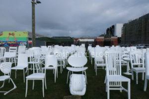個性ある185個の白い椅子