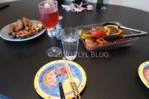 BBQの食材とお皿とワイン