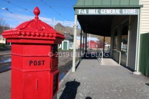 郵便ポストと街の風景