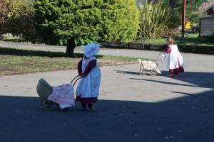 籠を引きながら歩く子供たち
