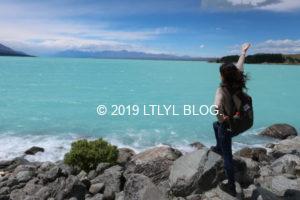 Pukaki湖でポーズを取る私