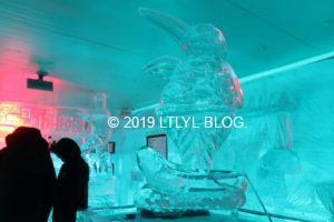 マイナス5アイスバーの氷で彫刻されたペンギン