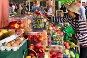 マーケットで売られている果物