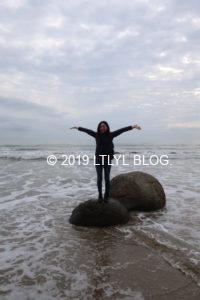 モエラキボルダーズ海岸の石の上で記念撮影
